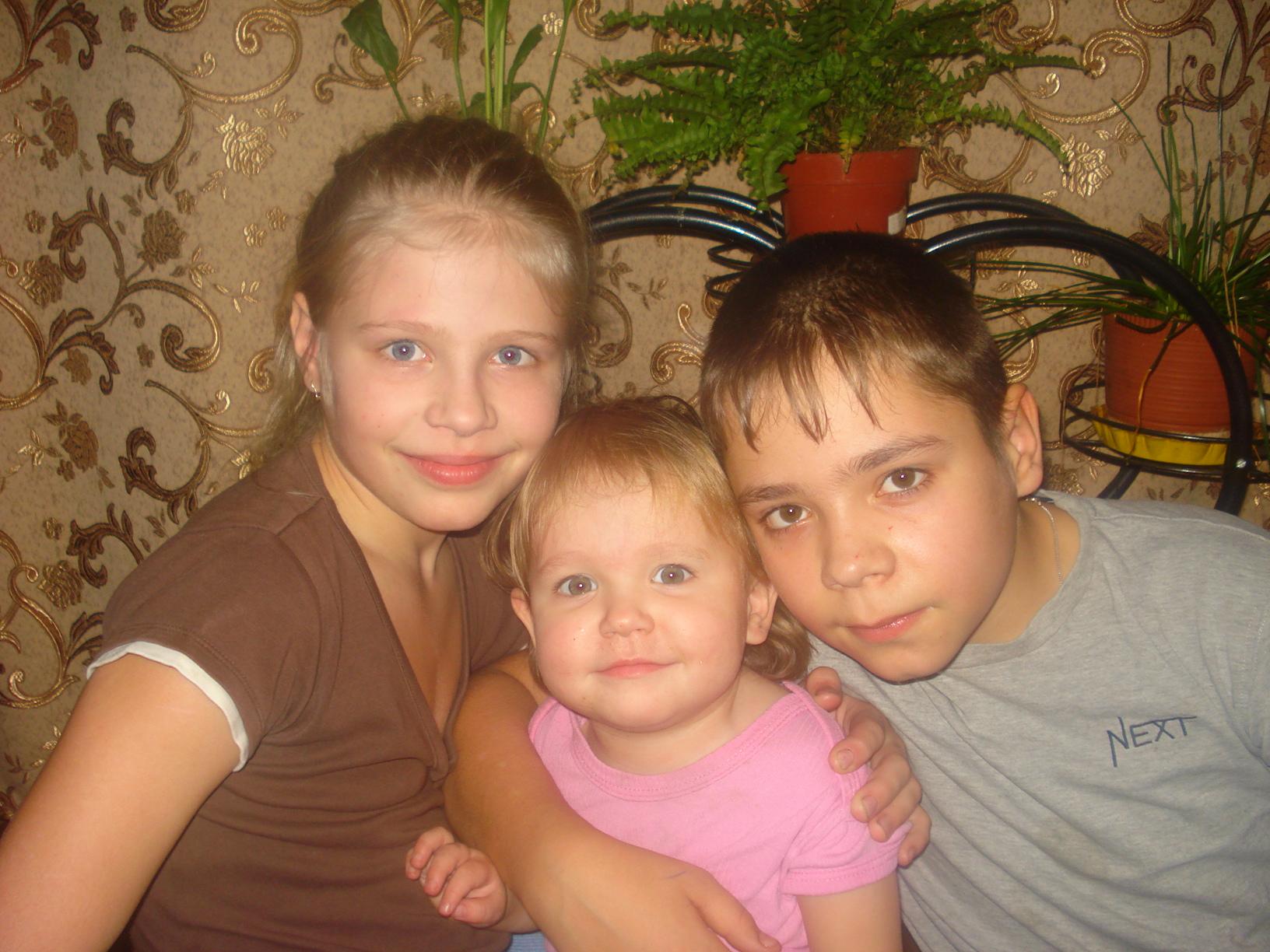 Сын даёт маме и сестре 19 фотография