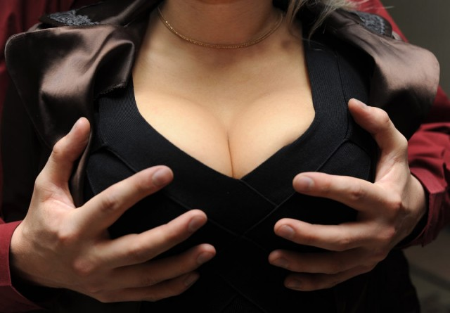 грудь трогают фото