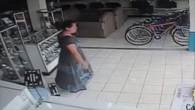 Женщина вынесла телевизор под юбкой