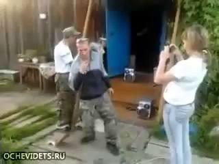 Неожиданное завершение пьяных танцев с лопатой