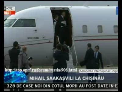 Михаил Саакашвили бьется головой о самолет