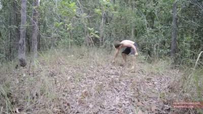 Парень из джунглей сделал себе беседку