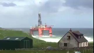 В Великобритании сильный ветер сдул нефтяную платформу на берег