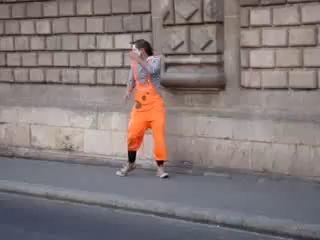 Уличный мим издевается над людьми в Испании