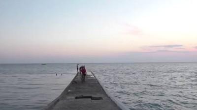 Мальчик тонет (социальный эксперимент в море) / Boy drowns in a sea of social experiment