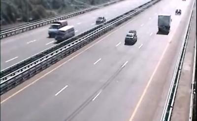 Не ремонтируйся на оживленной дороге! Это опасно!