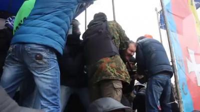 Губернатора Волини приковали наручниками к сцене