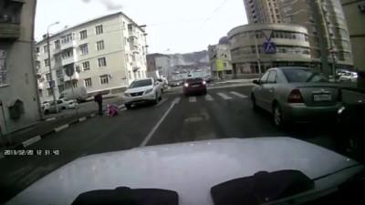 Лексус сбивает детей на пешеходном переходе
