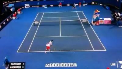 tenista passa a mao no seios de juiza