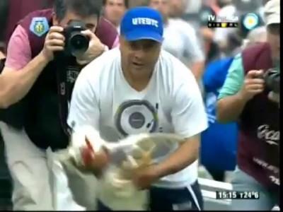 Hinchas de Quilmes lanzan gallinas para recibir a River.