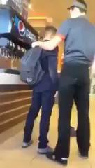 Сотрудник Бургер Кинга воспитывает школьников