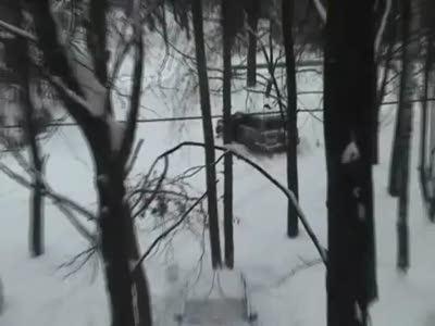 Девушка и застрявший в снегу джип