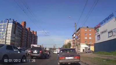 """В Ижевске """"дровосек"""" напал с топором на водителя"""