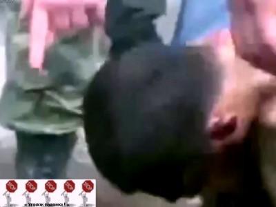 Чеченцы унижают русского солдата ...