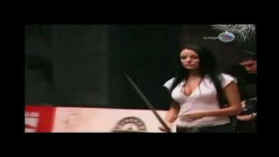 Красотка играет в русский бильярд!!!
