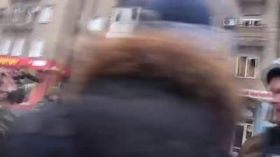 Командира украинских солдат едва не растерзали на месте гибели людей в Донецке