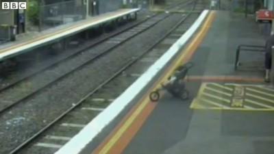 Ребёнок в коляске упал на рельсы