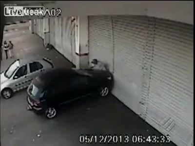 Помогая запарковать машину, будьте осторожны