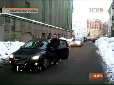 Упертая дама за рулем заблокировала улицу