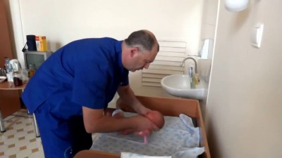 Ортопед осматривает младенца