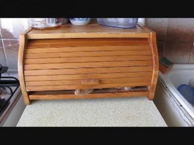 Кот прячется в хлебнице