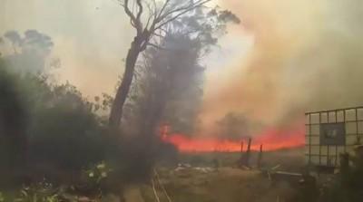 Пожарный борется с огнем. Вид от первого лица