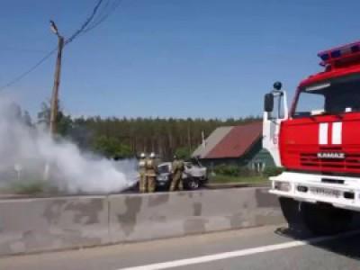 Автомобиль сгорел на трассе М7. Пожарные тушат. 31 мая 2015
