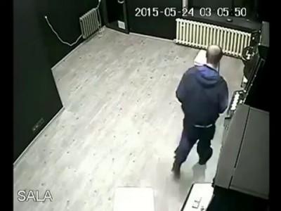 На удачу (Игроман) Man having a shit time at slot machine arcade