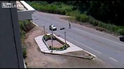 Мотоциклист сбил мужчину выбежавшего на дорогу