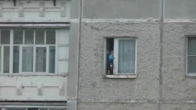 Ребенок гуляет в окне