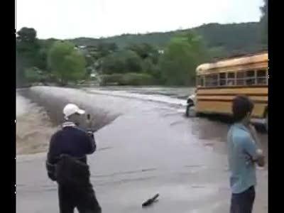Автобус на преодолевает водное препятствие
