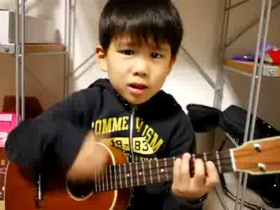 Мальчишка играет на укулеле
