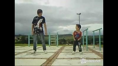 Маленький мальчик классно танцует!