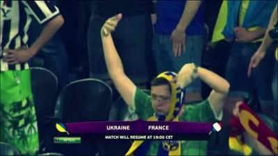 Украинец танцует под дождём))
