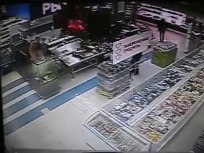 Голый посетитель супермаркета прыгнул в аквариум