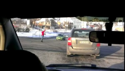 Облик современной Украины: девушка с помощью биты регулирует движение на перекрестке