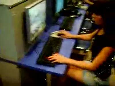 Девушка выносит парня в Counter Strike ЖЕСТЬ =