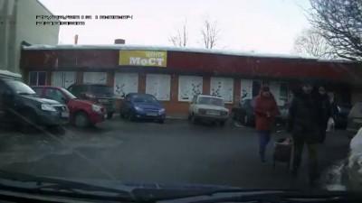 Чиновник в Троицке таранит машину и сбегает