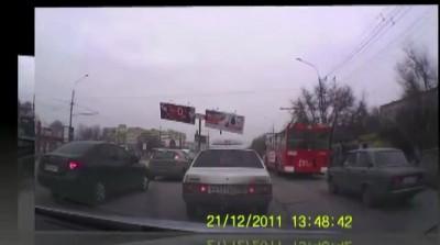 В Волгограде рекламный щит упал на проезжую часть