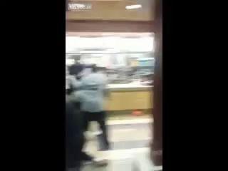 Массовая жесткая драка в Макдоналдсе