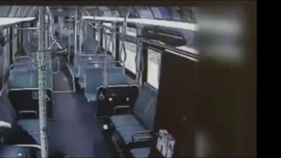 Водитель автобуса избивает задремавшего пассажира .