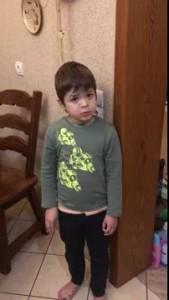 Мальчик жалеет убитую мышку