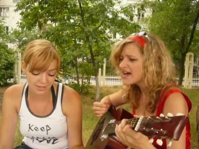 девушка красиво поёт
