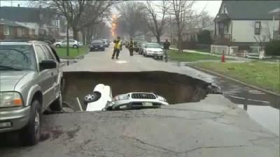 В Чикаго три автомобиля провалились в карстовую воронку ...