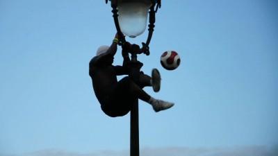 Камерунец с мячом на Монмартре в Париже
