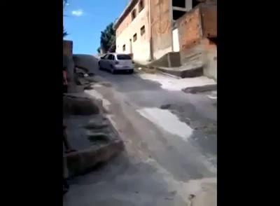 Foi dar marcha ré e capotou o carro na ladeira.