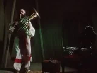 С карабас играет на трубе вк