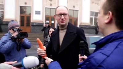 Сеня на тебе морковку!