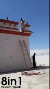 Тролль с лестницей против араба с тапками / Ladder Troll