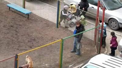 Выгнал детей с детской площадки